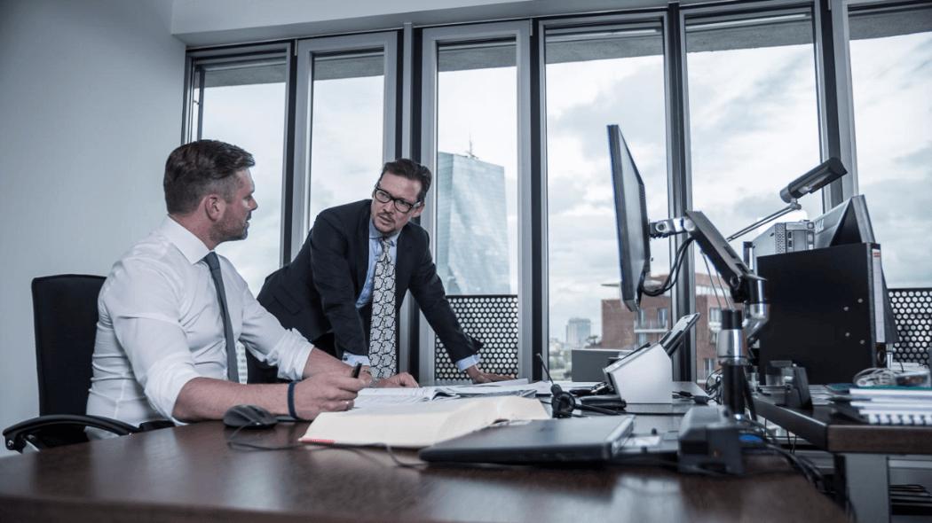 2 ältere Geschäftleute buy in ins Management